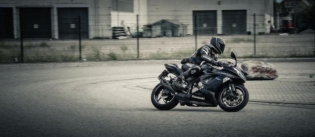 Jazdec na motorke Kawasaki