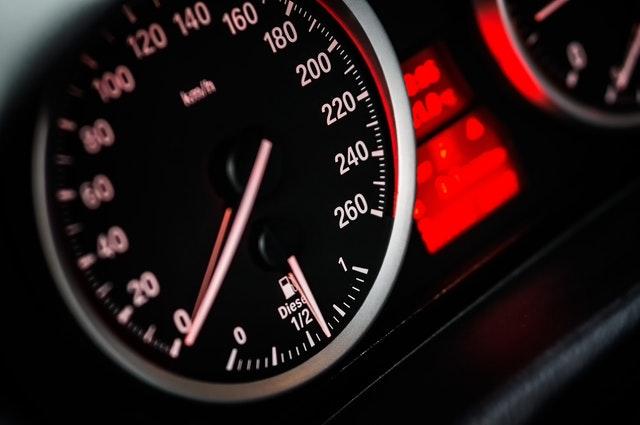 tachometer auta zblízka