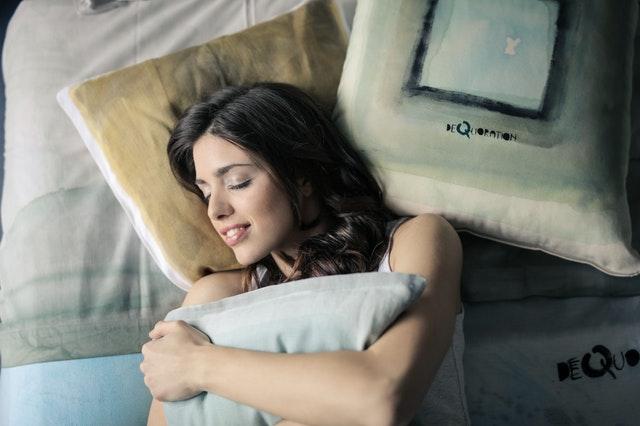 spokojná žena spiaca v posteli