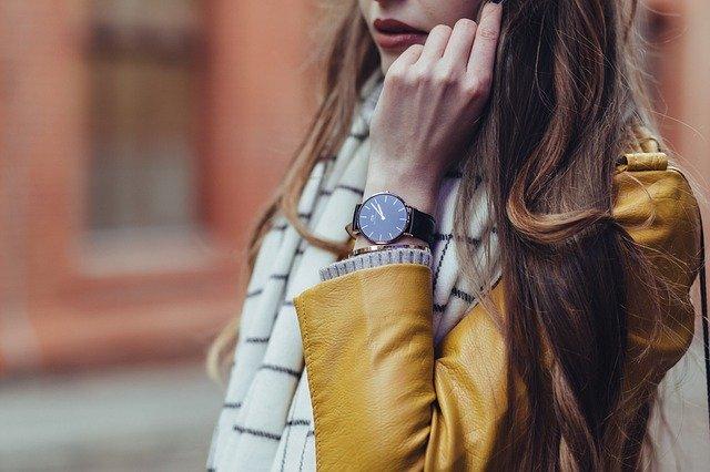 Žena v žltej bunde má na ruke výrazné hodinky.jpg