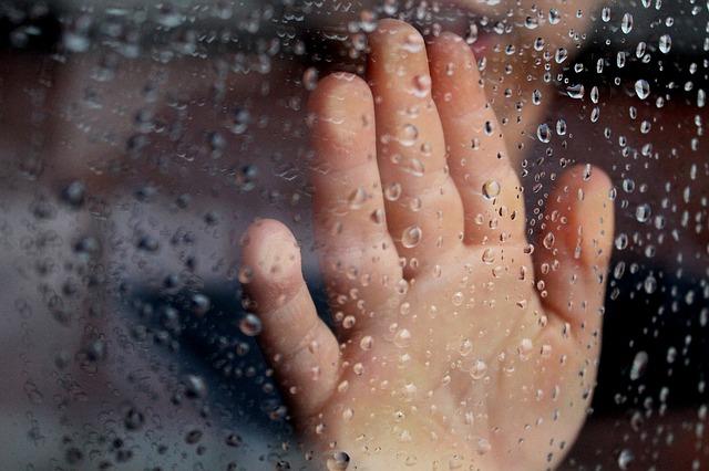Ruka na skle, okno, dážď.jpg