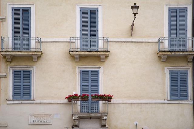 Malé balkóny na dome s viacerými bytmi.jpg