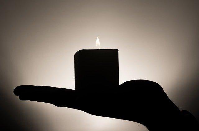 Ruka drží sviečku