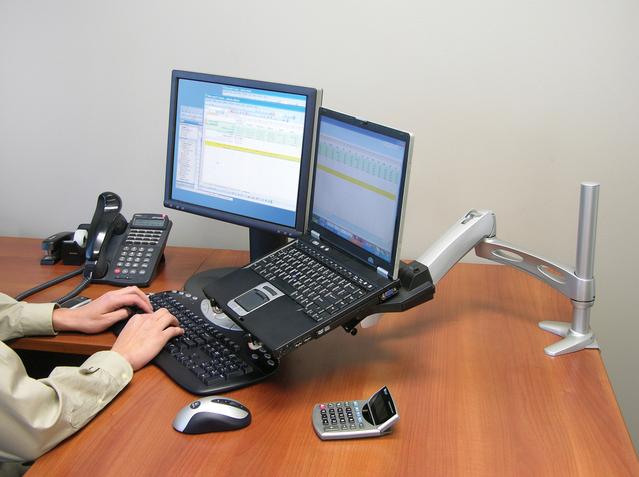 Kancelária, práca s počítačom, monitor, notebook